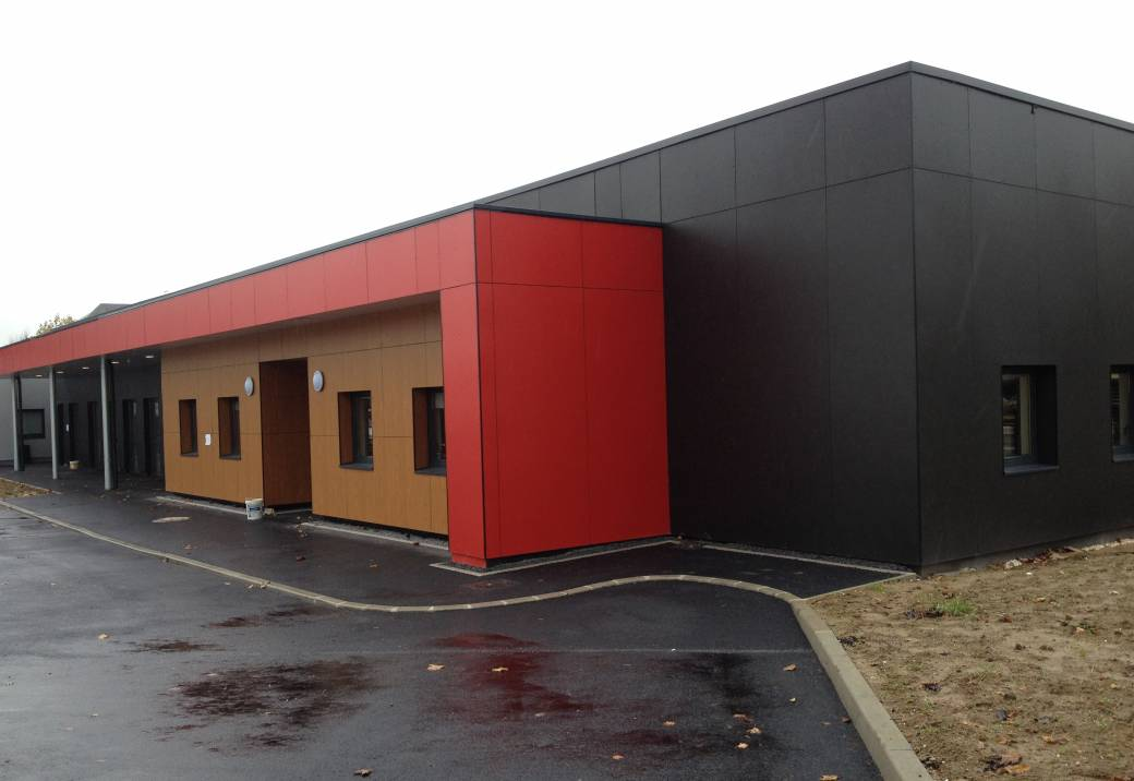 mairie-annexe-coulommiers-bardage-composit-fundermax-sur-maconneries-avec-isolation-01