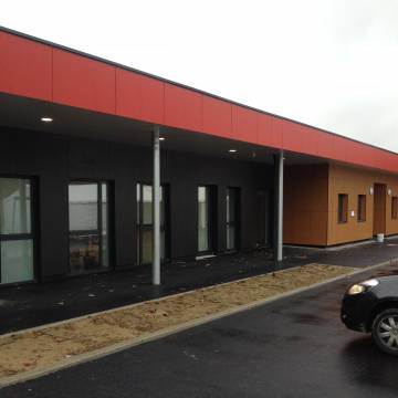 mairie-annexe-coulommiers-bardage-composit-fundermax-sur-maconneries-avec-isolation-02