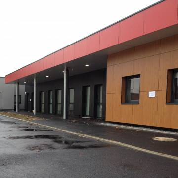 mairie-annexe-coulommiers-bardage-composit-fundermax-sur-maconneries-avec-isolation-04